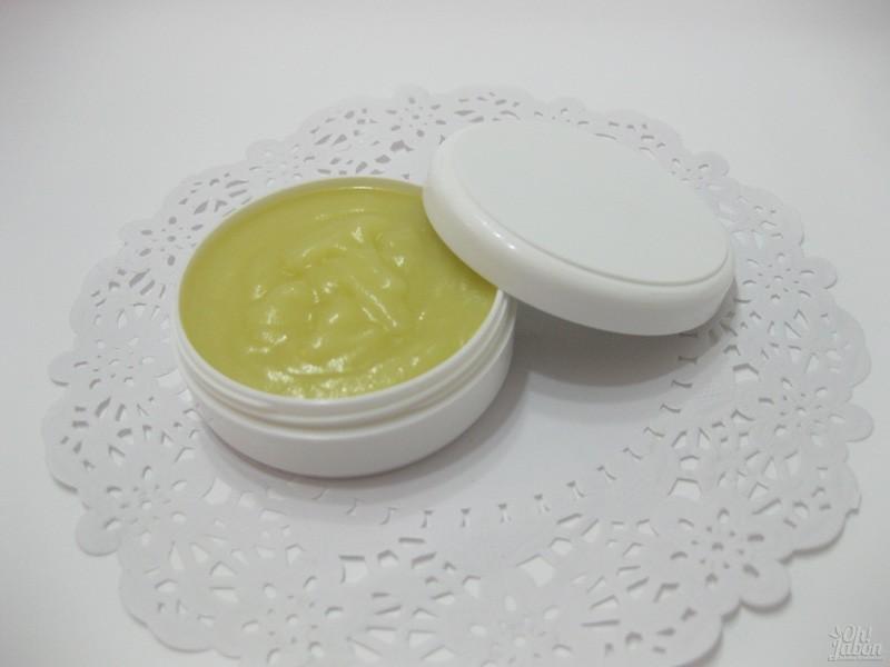 Envasa la crema facial de caléndula y ya puedes utilizarla.