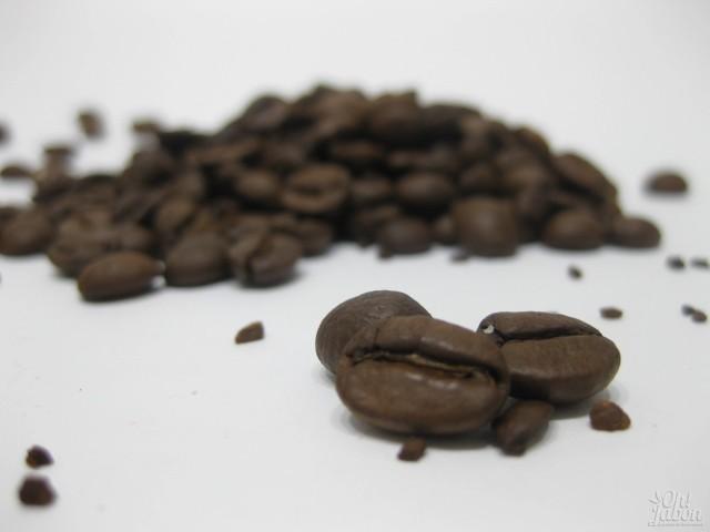 Granos de café con los que se elabora el jabón artesanal de café.
