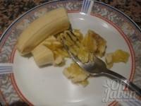 Machaca medio plátano con el tenedor