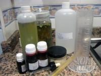 Prepara los ingredientes: agua de rosas, aceite de caléndula, aceite de laurel, xyliance, vitamina E y aceites esenciales.