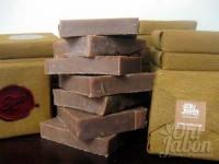 Jabón artesanal de chocolate envuelto como detalle de boda