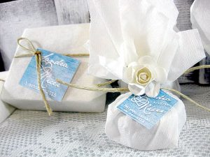 jabón artesanal y bálsamo labial detalles de boda de Sandra y Ricer
