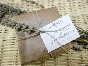Jabón artesanal en papel kraft y con flor de lavanda natural